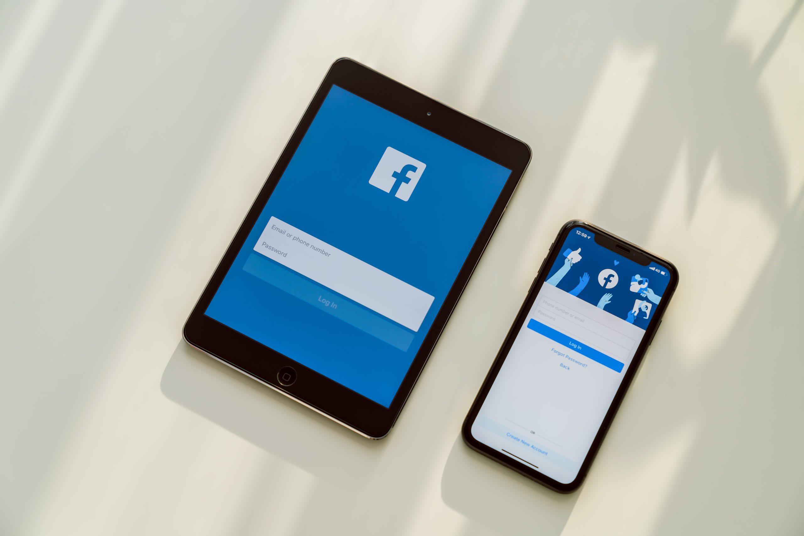 Tabletă și telefon cu aplicația Facebook
